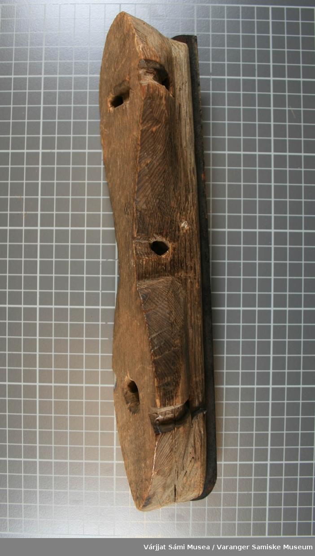 """Skøyten er hjemmelaget av tre og stål. """"Skøytebladet"""" er laget av et sagblad som er festet til et trestykke. Trestykket har 5 gjennomgående hull."""