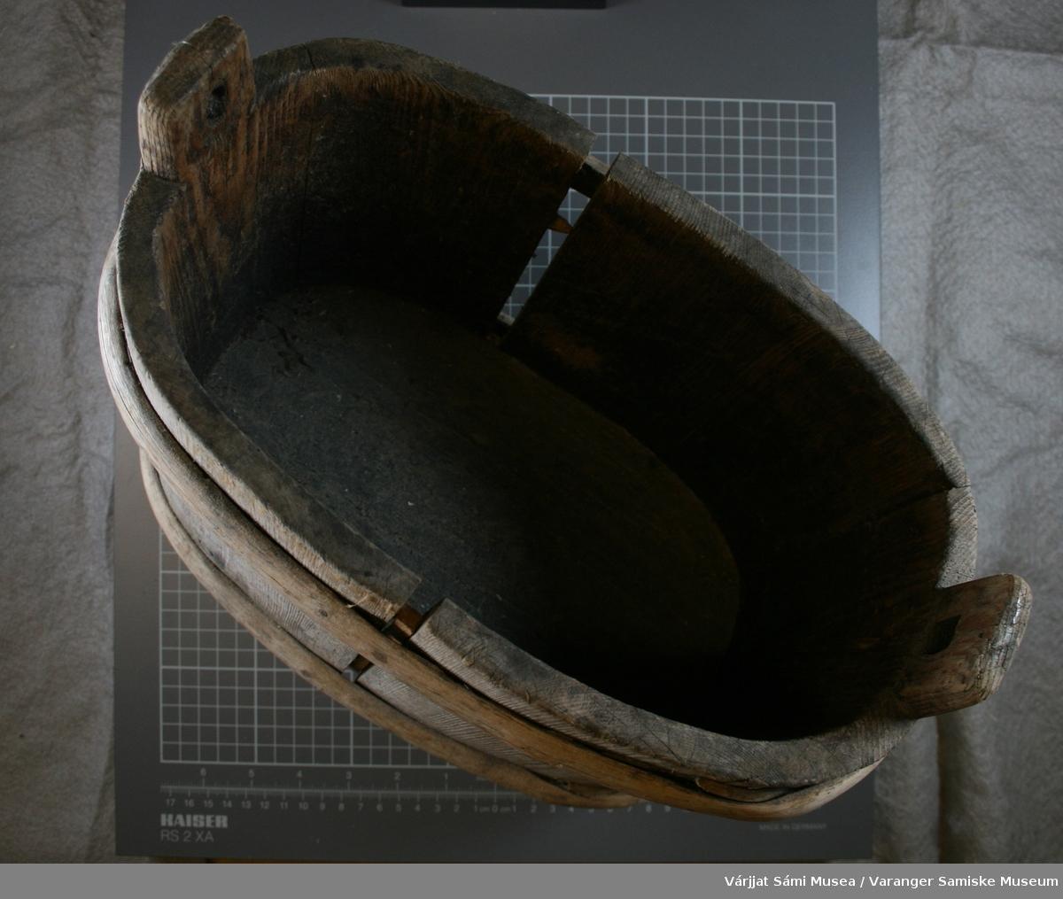 Liten oval  trestamp, oval form. Beatår av staver som holdes sammen av to tønnebånd av einer. I bunnen står følgende: IH: C (med prikk inni) I 1863                  HI