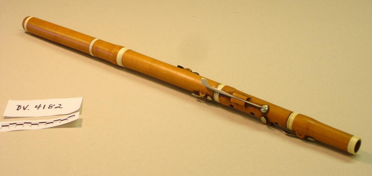 Fløyte i tre deler med seks klaffer. Buksbaum (?) med elfenben forsterkninger.