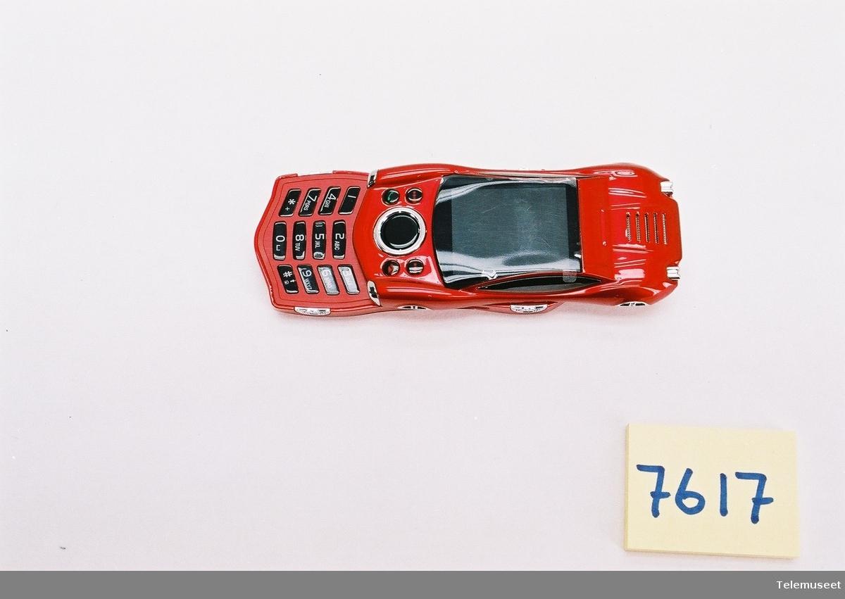 Dette er en kinesisk telefon som oftest er kopier av orginale andre mobiltelefoner.  Denne er utformet som en ferrari bil og er en type slide telefon.