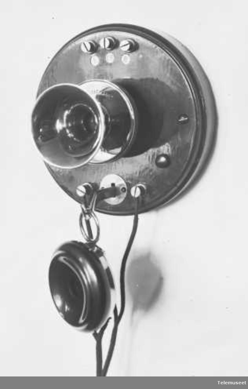 Telefonapparat, veggtelefon i tre, lokal, fast mikrofon, uten linjevelger, klokke likestrøm. Elektrisk Bureau.
