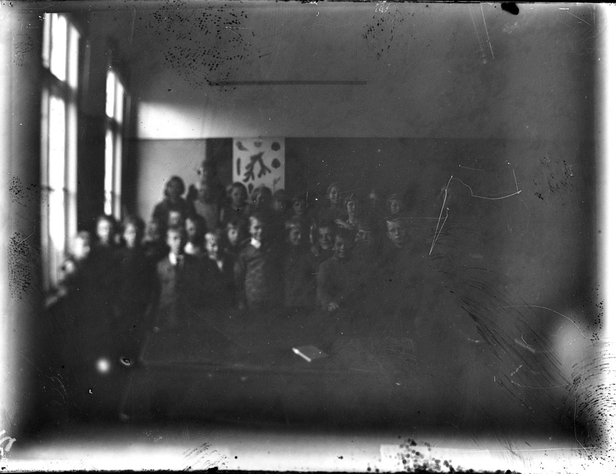 Grupp av skolbarn i klassrummet.