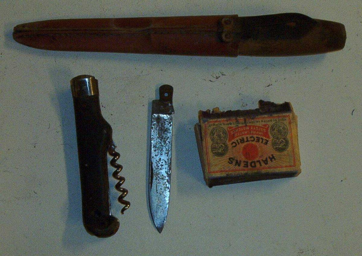 Tollekniv,foldekniv, fyrstikkeske m/tråtrevler