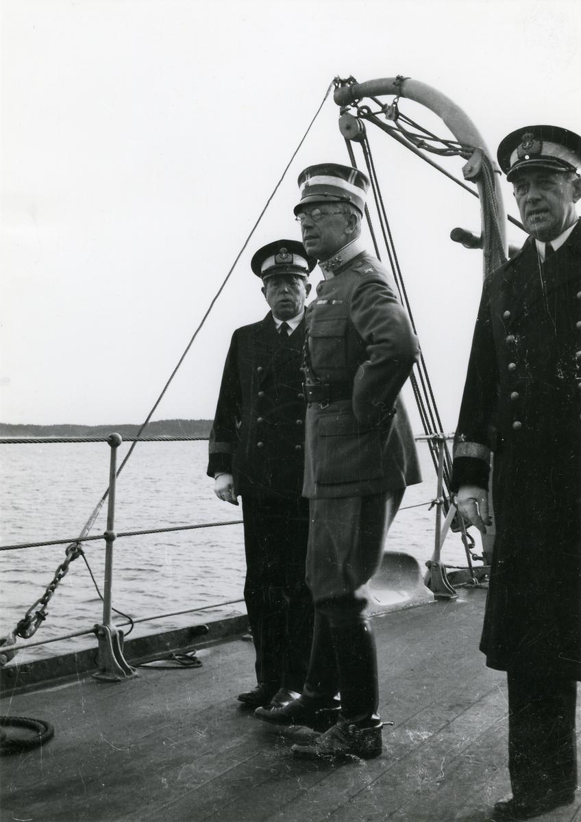 Ombord på H.M.S. Sverige. Från vänster till höger: Konteramiral Ehrenswärd, H.K.H. Kronprins Gustaf Adolf, Viceamiral Tamm.