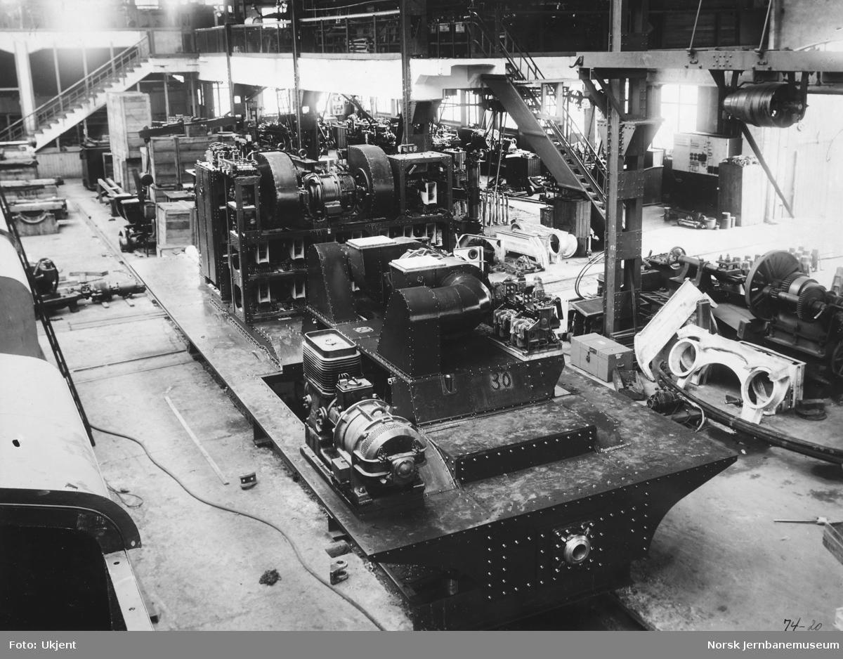 Elektrisk lokomotiv El 3 - montering av kompressor, ventilatorer, regulerbryter og hovedtransformator på Hamar Jernstøberi