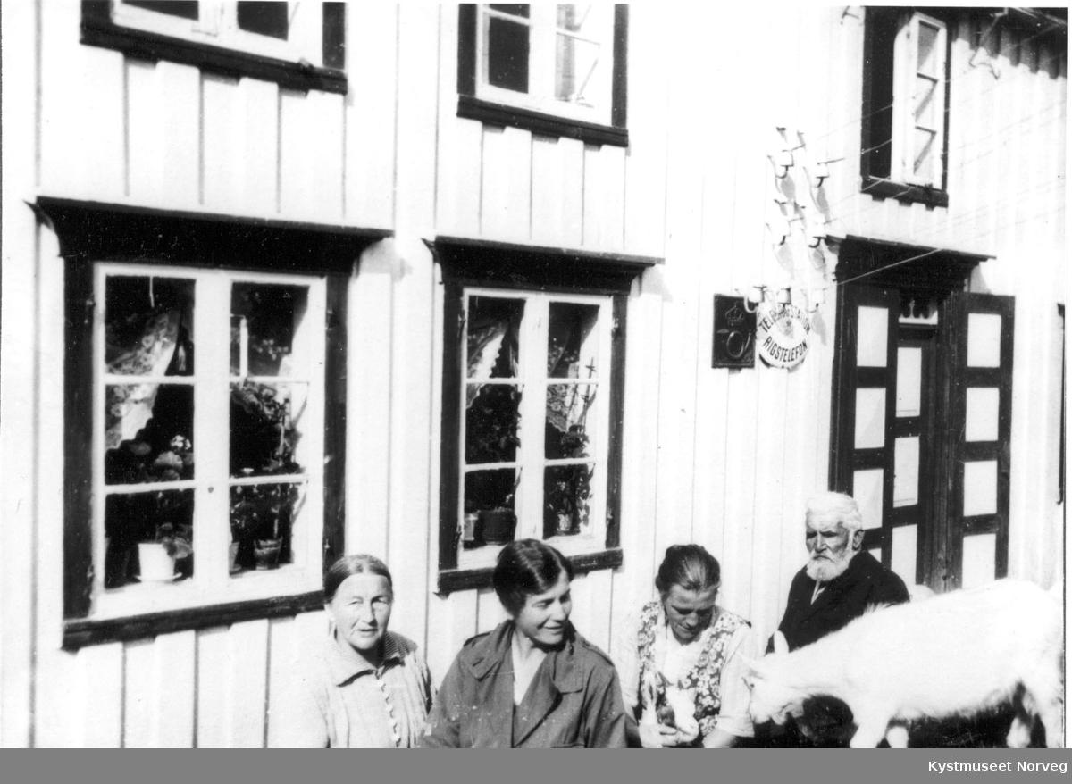 Risværet i Nærøy utenfor telegrafbygningen
