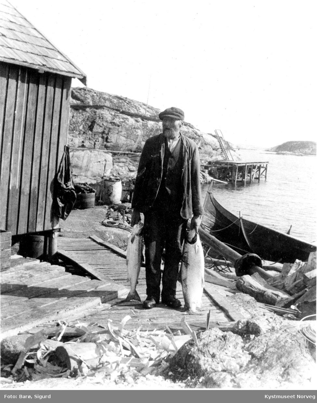 """Utenfor """"Vaskbua"""", Versøya."""