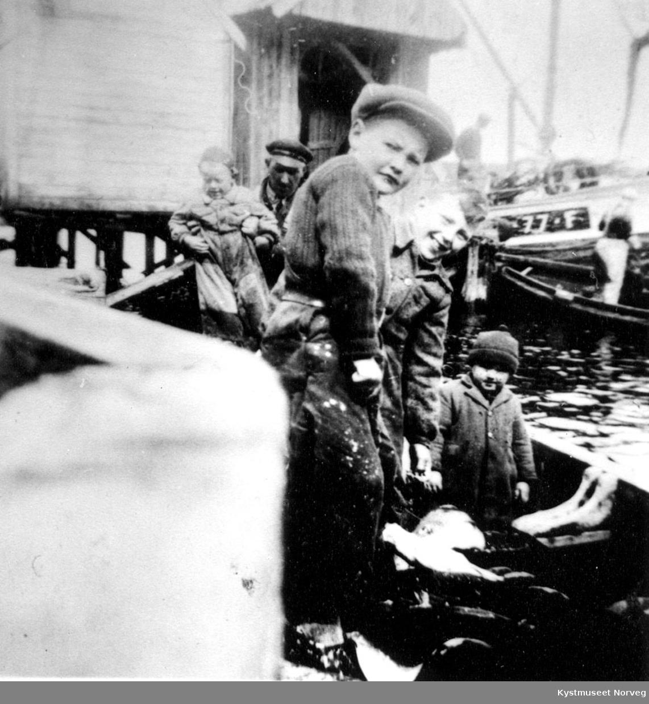 Barn ombord i båt.