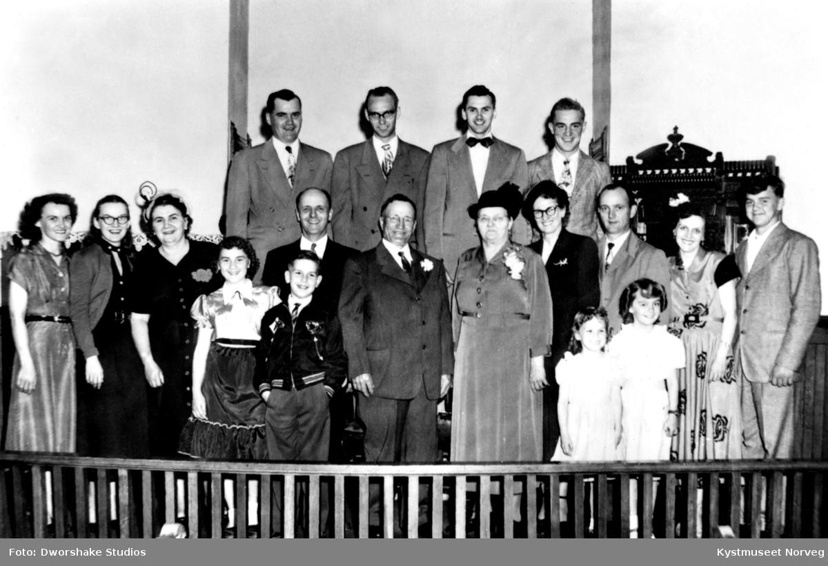 Foran i midten står Johannes Kalvik Møinichen med familie