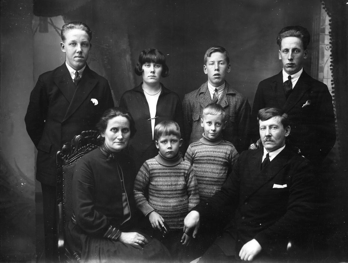 Familiebilde, August og Agnes Østhagen med barn