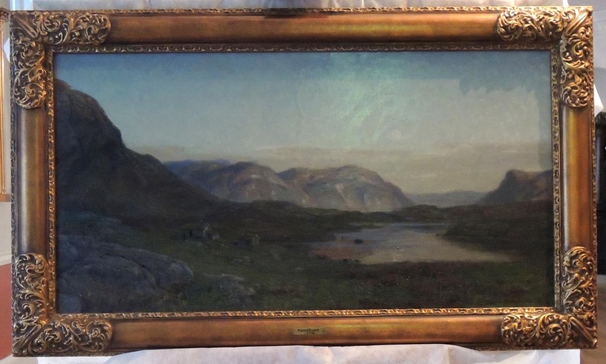 Fjord, fjell og hus.