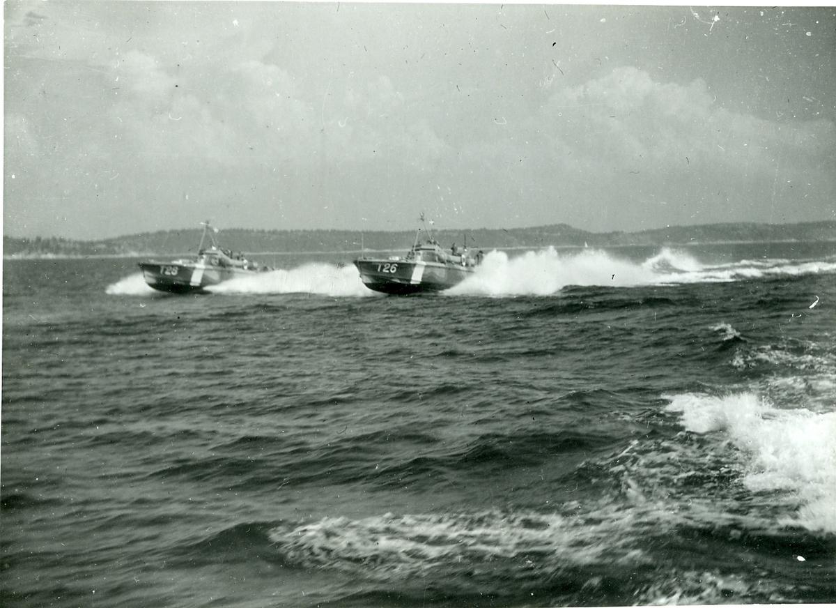 Motortorpedbåtarna T 26 och T 28 i full speed.