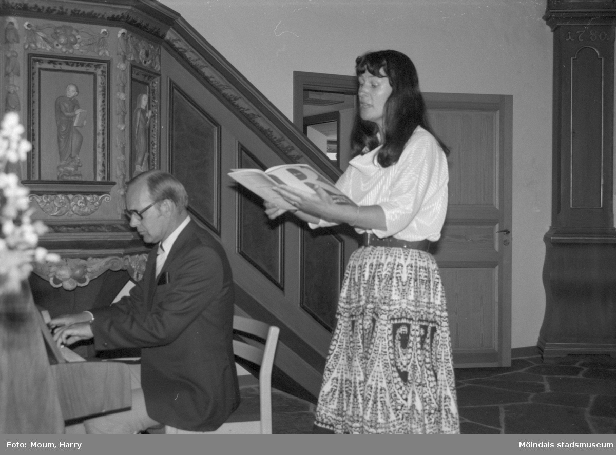 """Lars och Gunnel Wadell spelar och sjunger i Kållereds kyrka, år 1984. """"Kyrkomusikerna Lars och Gunnel Wadell bjöd på stämningsfull sång och musik.""""  För mer information om bilden se under tilläggsinformation."""