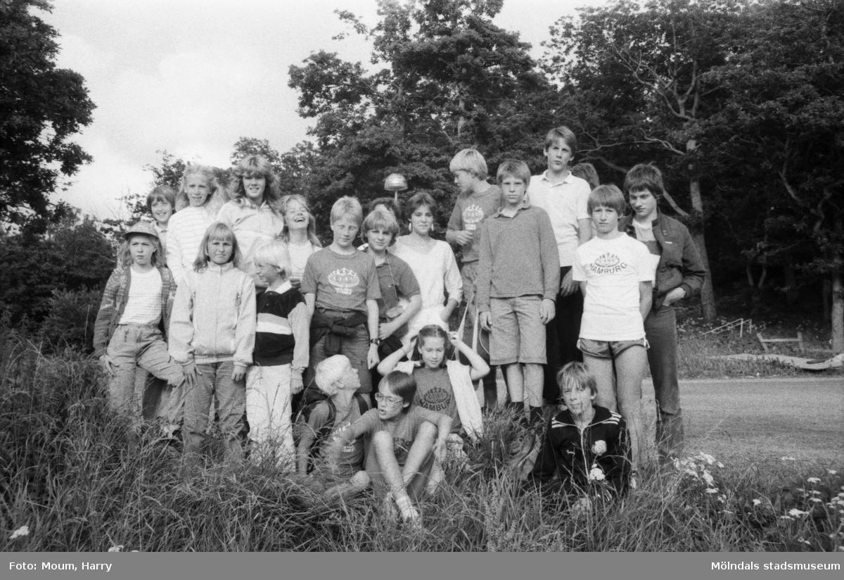 """Tyska och svenska ungdomar bekantar sig med varandra vid Torrekulla turiststation i Kållered, år 1984. """"Stämningen var god bland ungdomarna när de besökte Torrekulla.""""  För mer information om bilden se under tilläggsinformation."""
