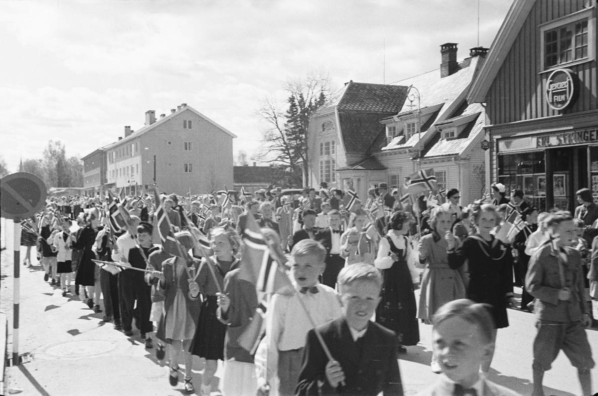 17. mai. Elverum.  1954.  Folketog, Storgata.