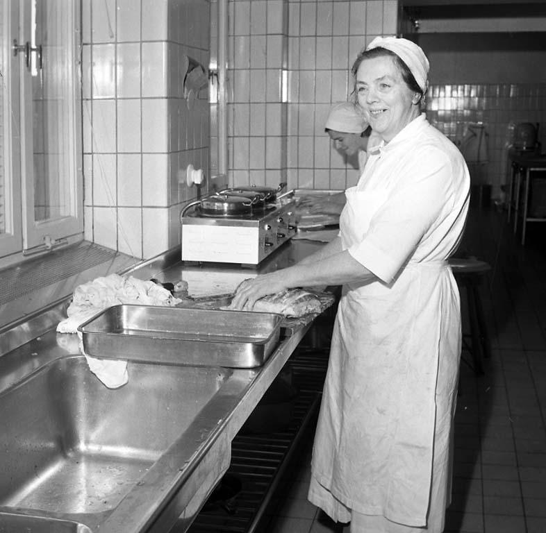 """Enligt notering: """"Uddevalla Lasarett i köket 18/1 1961""""."""