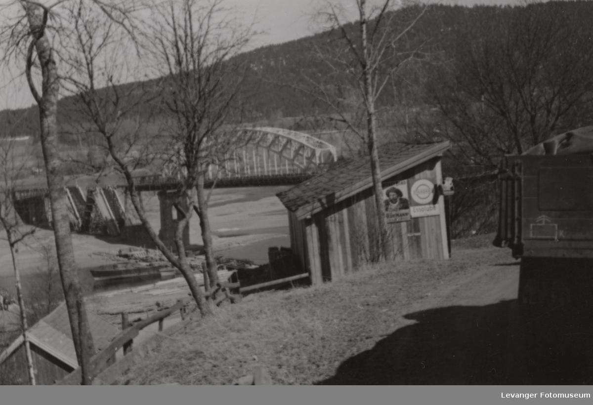 Minnesundbroa delvis sprengt av norske soldater. byggingen av den provisoriske broa er kommet i gang,