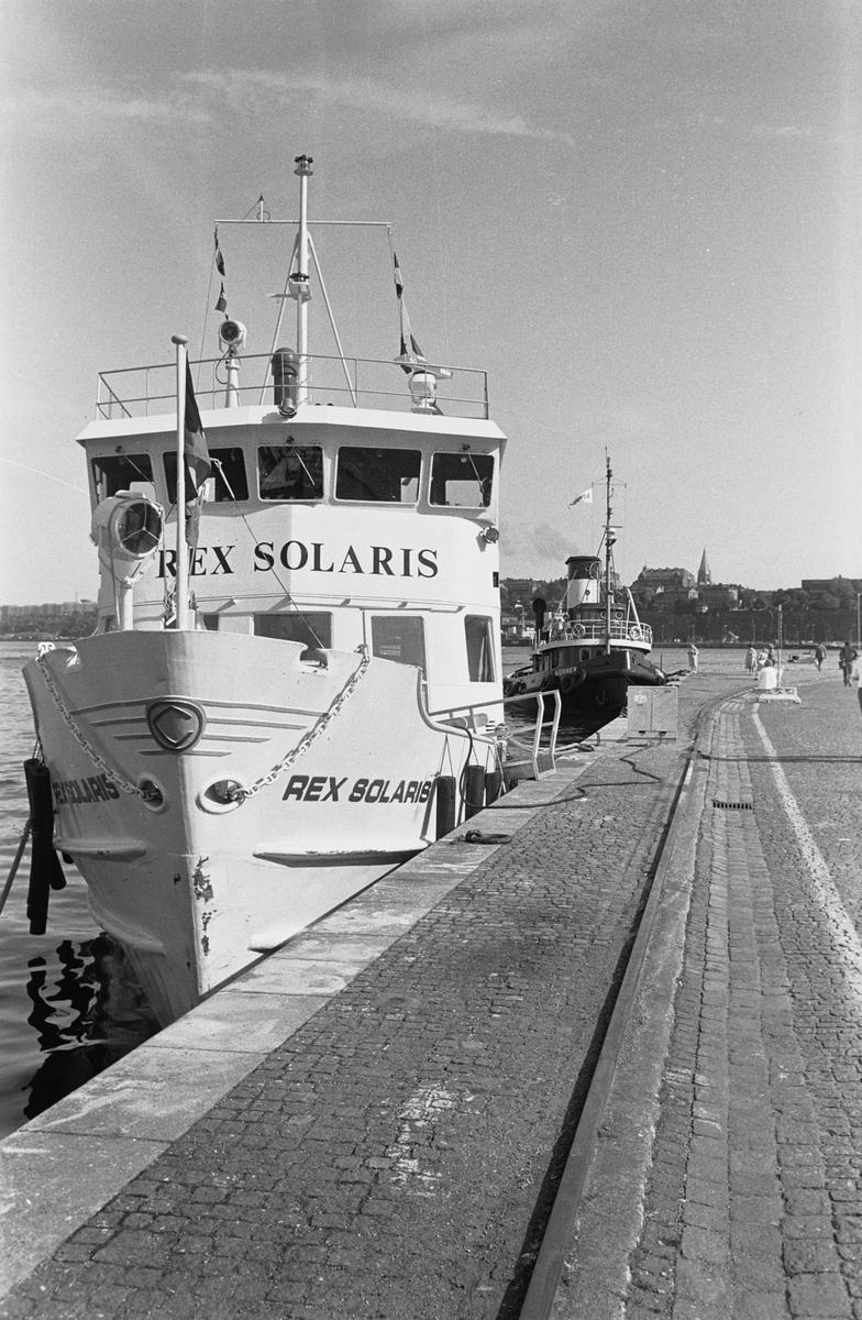Fartyg: REX SOLARIS                    Bredd över allt 6,71 meter Längd över allt 39,10 meter Reg. Nr.: 12836 Rederi: Rederi AB Sommar & Sol, Stockholm. Byggår: 1955 Varv: Gravdals Skibsbyggeri A/S, Sunde,Norge. Övrigt: Prinsen(1955)=Kung Oscar II(1980)=REX SOLARIS=Swedish Islander(1994). Vid byggnation var båten 39,10 meter lång, i dag:39,20 meter.