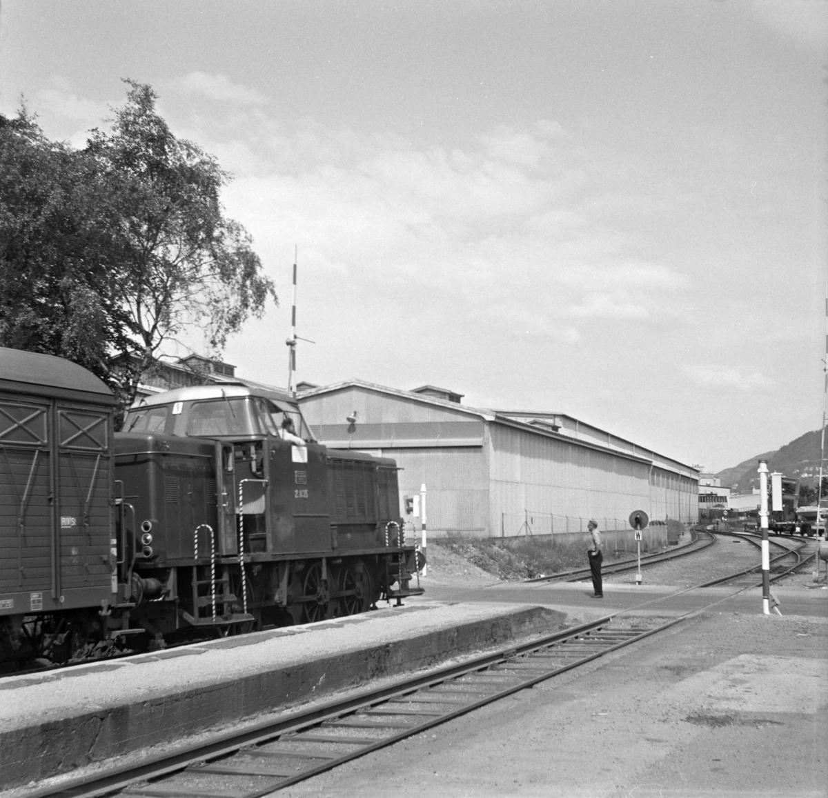 Kipptog på Minde stasjon, trukket av diesellokomotiv Di 2 835.