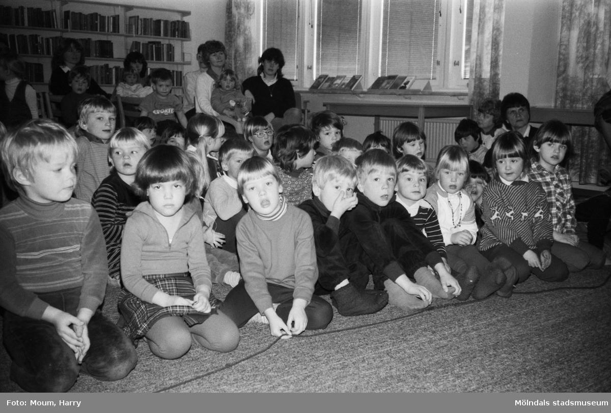 Dockteaterföreställning i Kållereds bibliotek, år 1983.  För mer information om bilden se under tilläggsinformation.