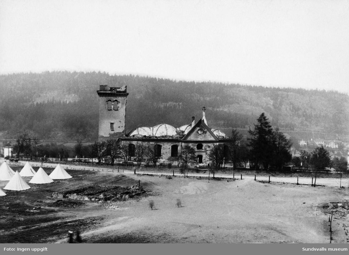 Den utbrända kyrkan Lovisa Ulrika efter stadsbranden. Till vänster skymtas tältstaden för bostadslösa.