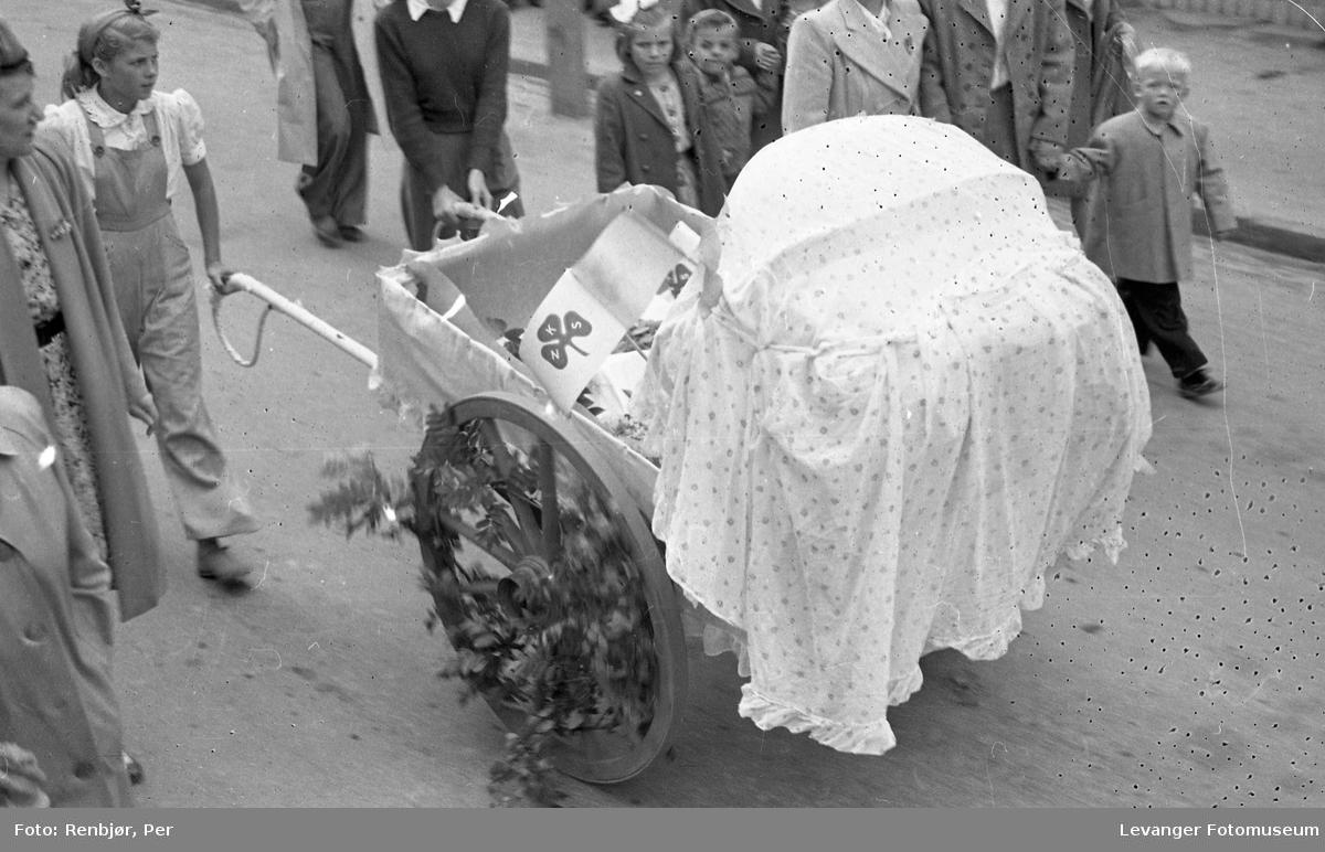 Barnas dag, Levanger, håndkjerre blir til barnevogn i opptoget.