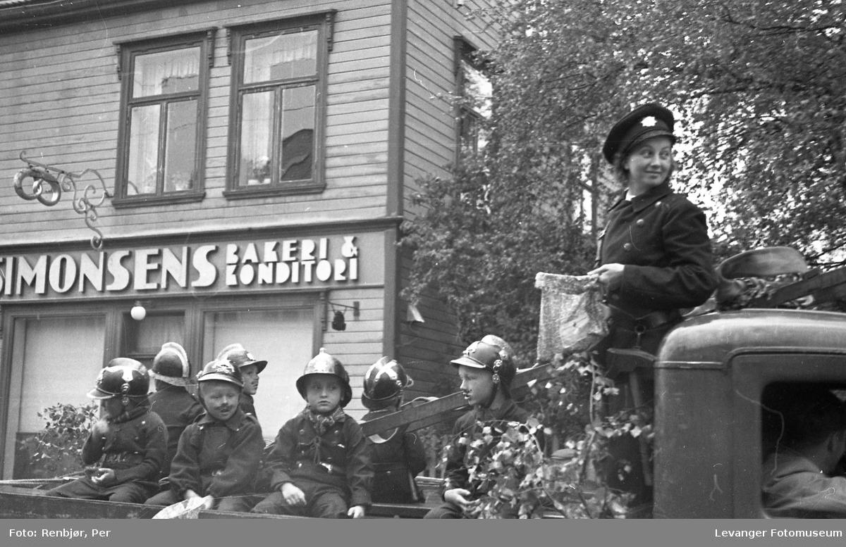 Barnas dag, Levanger, gutter utkledde som brannmenn.