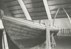 Motiv av en garnrull med garn på en båt fra ei tidligere uts