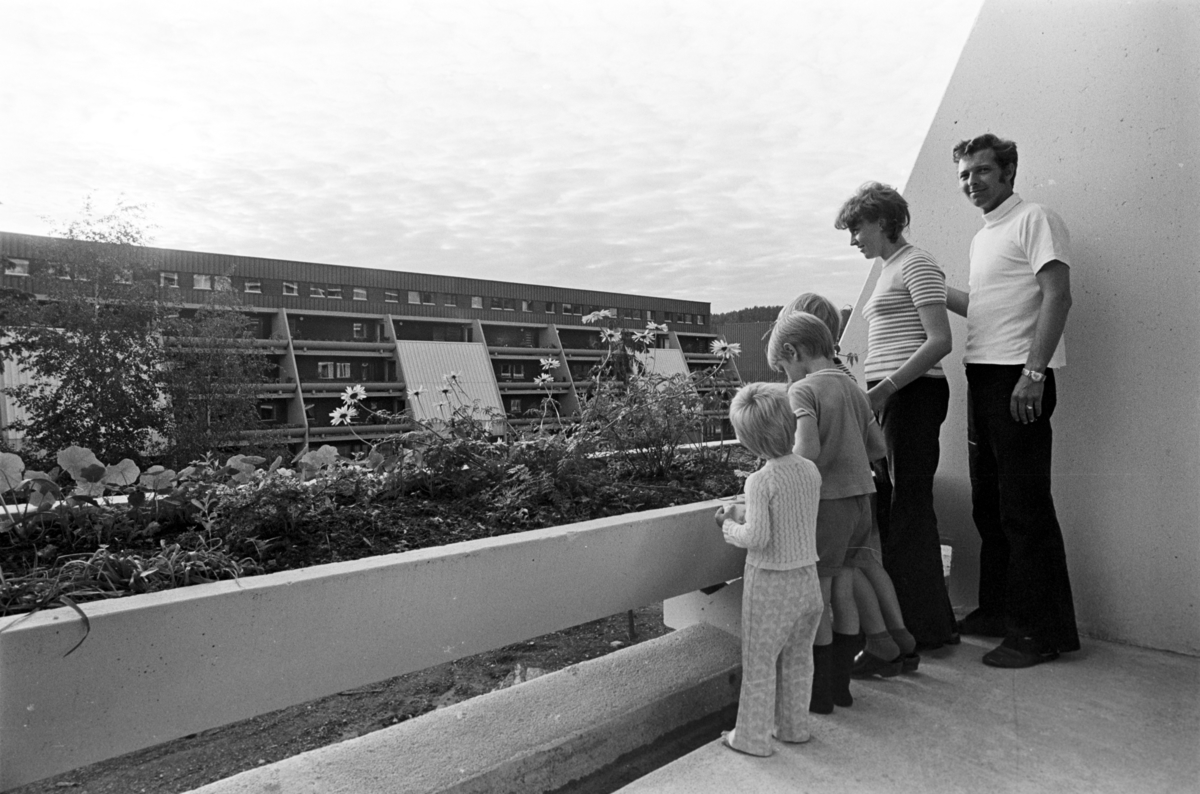 Mennesker står på en terrasse i en terrasseblokk på Vestli.