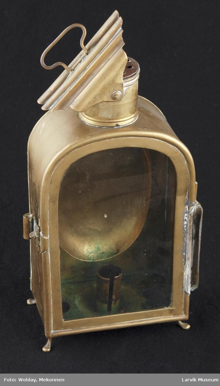 Form: glassdør foran. håndtak påloddet baksiden. 4 utsvugne føtter. på toppen sylindeform. røkhette med svingbart lokk.