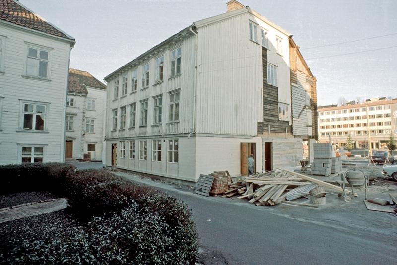 Tyholmenbebyggelse. Madam Reiersens hus, fasade mot sør, under restaurering.