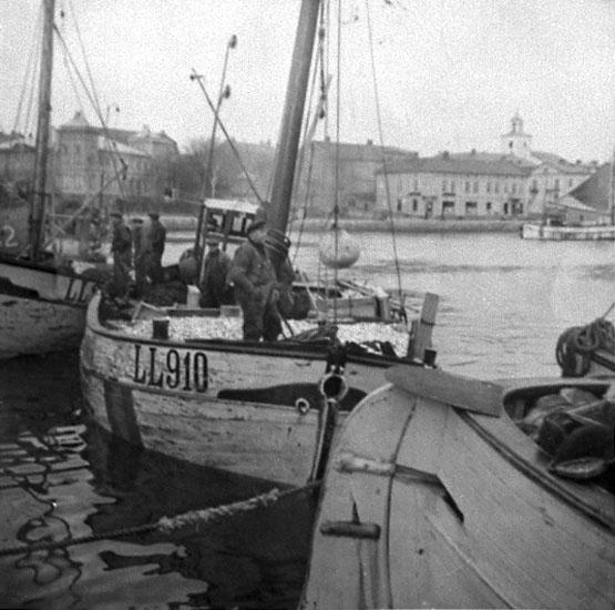 Fiskebåtar med nationsfärgerna målat på brädgången