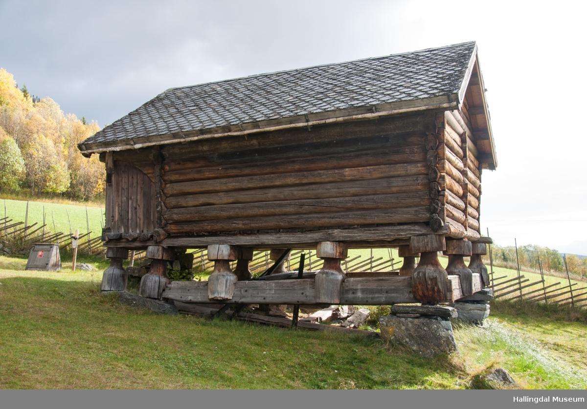 Dette er det nest eldste huset på gården, bygd i 1647.  Det har tidligere vært første etasje i et eldre loft.  Stolphuset har 2 rom, her lagret de mat og klær.