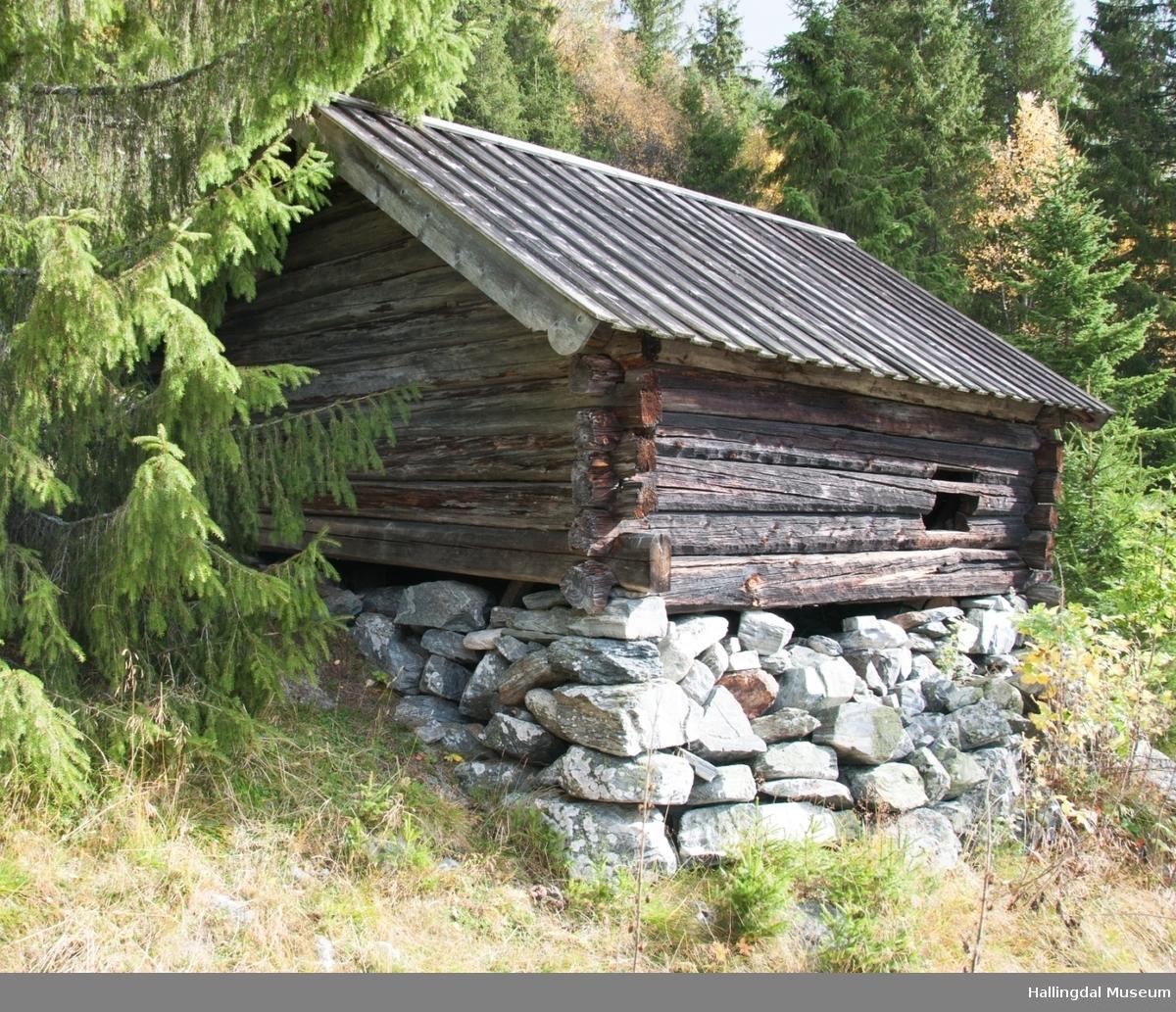 Smia er bygd mellom 1825 og 1850.  Den er i tømmer og har bordtak.