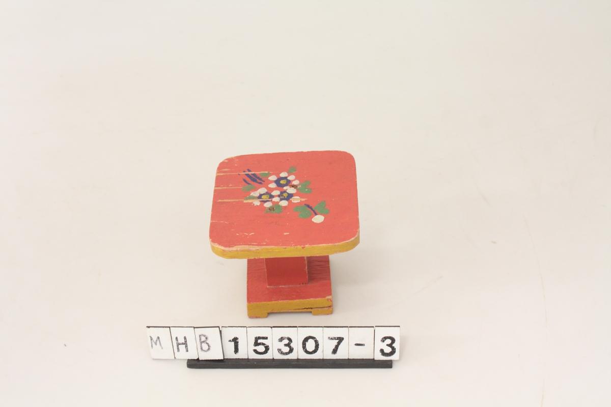 Møbel til lekehus. Bord i tre, rødmalt med stilisert blomsterdekor.