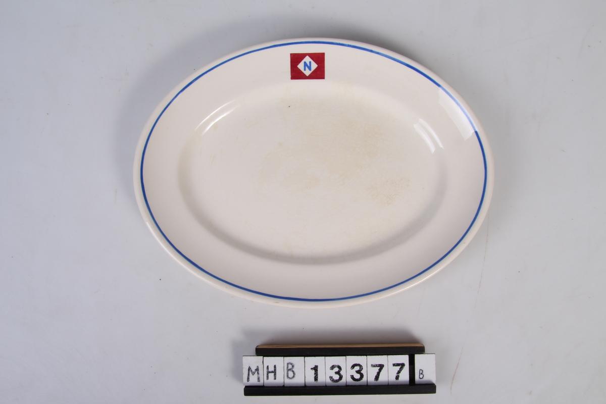 Rederiflagg og blå stripe langs munningsranden. Rederiflagg: Blå utgave av bokstaven N plassert i hvitt kvadrat diagonalstilt i rødt rektangel.