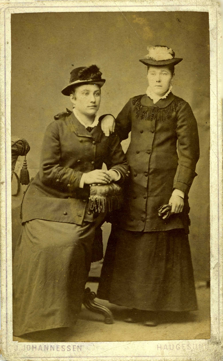 Portrett - To damer med hatt.