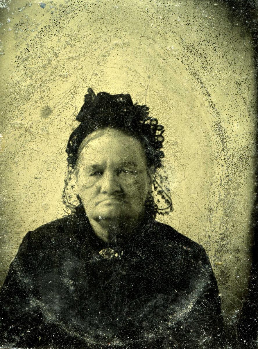 Portrett - Eldre dame med hårpynt.
