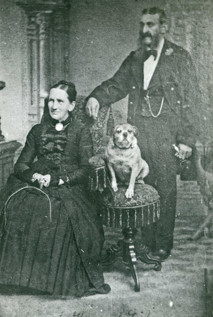 Portrett - Dame, herre med bart og stort kinnskjegg og hund.