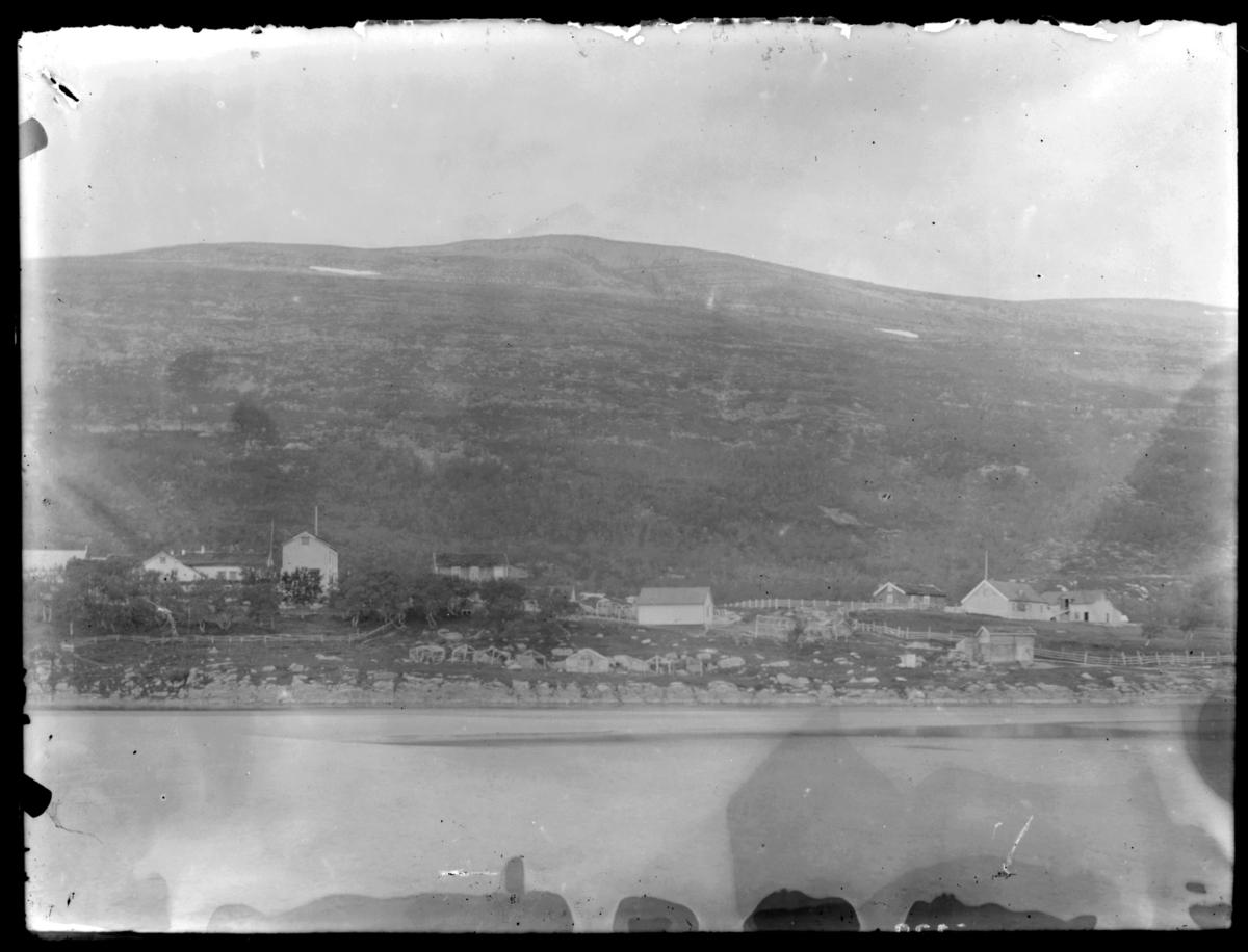 Langnes i Tana fotografert fra elva