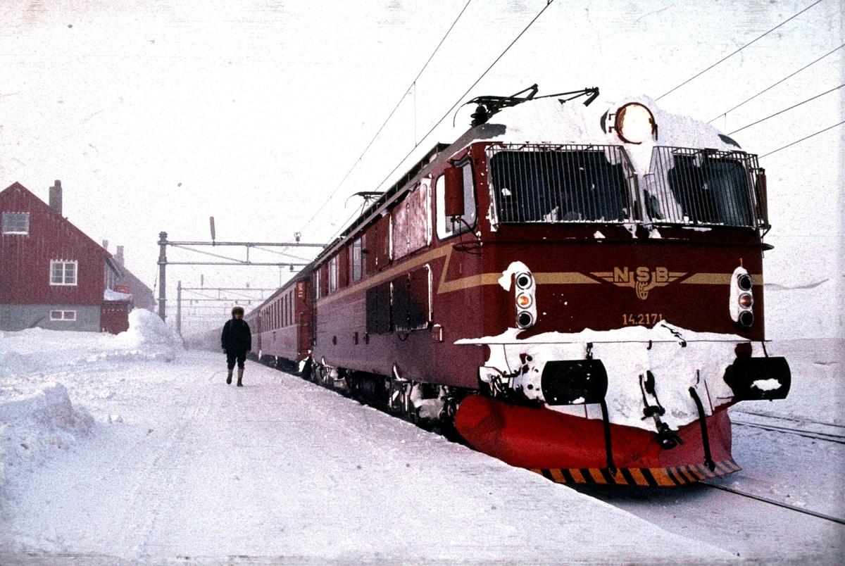 Tog 602 fra Bergen til Oslo på Finse stasjon.
