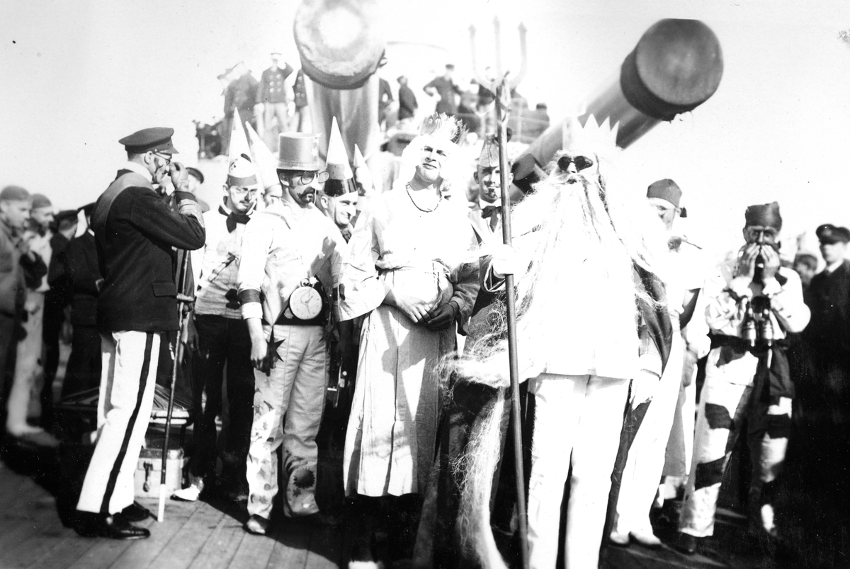 Skeppsgossekåren Minnen från 1927-30 Utklädda sjömän samlade under Kanonerna.