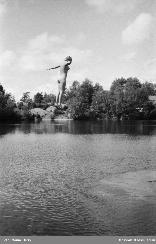 """Bergsjöns badplats i Kållered, år 1983. """"...medan systern Annika föredrar att hoppa i.""""  För mer information om bilden se under tilläggsinformation."""
