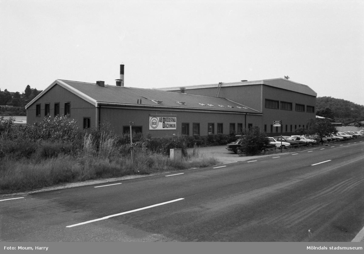 """AB Bröderna Bäckman vid Gamla Riksvägen i Kållered, år 1983. """"AB Bröderna Bäckman har med åren blivit en av Kållereds större industrier.""""  För mer information om bilden se under tilläggsinformation."""
