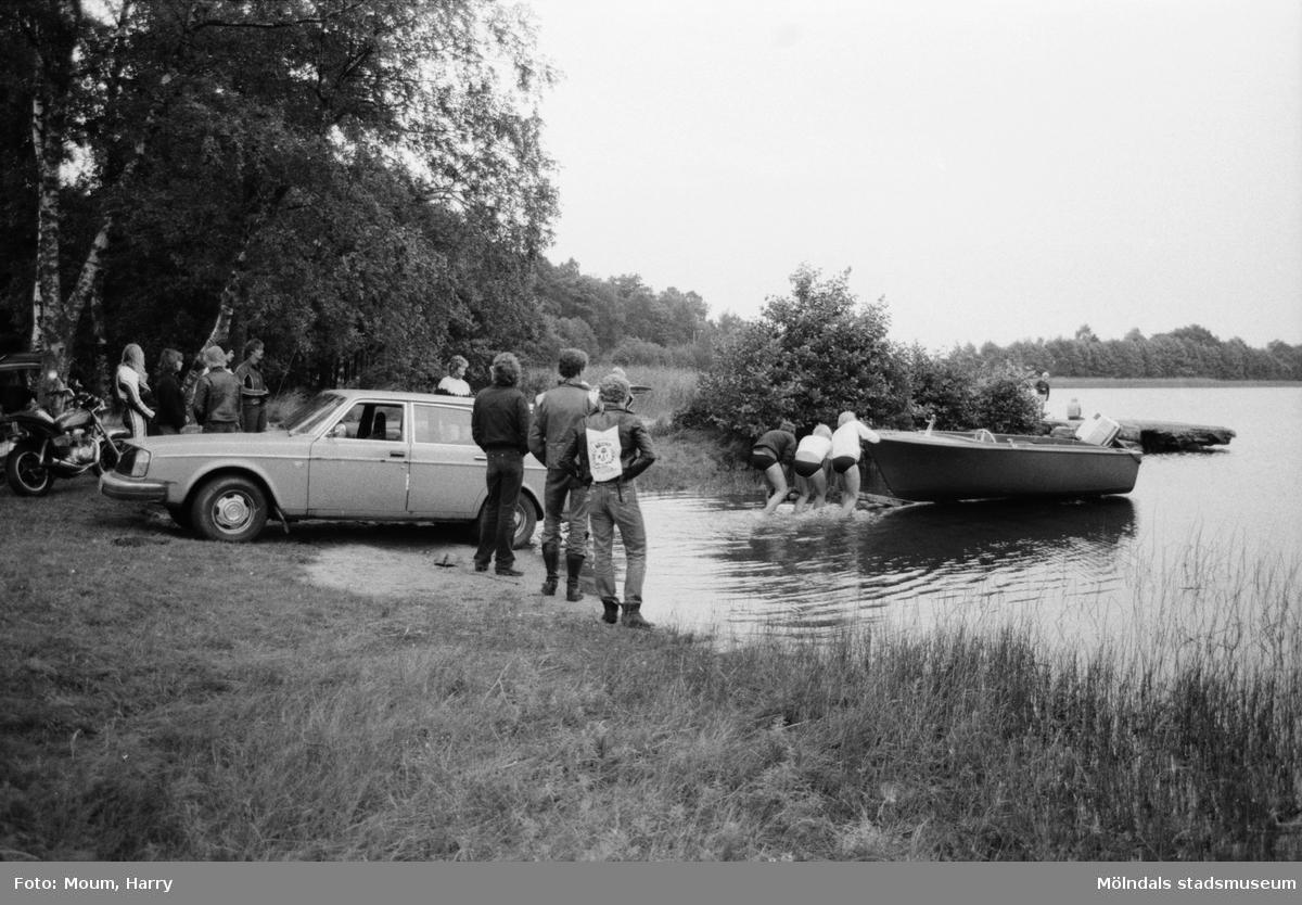 """Kållereds Motorklubb har sommarfinal vid Stretereds brygga i Kållered, år 1983. Sjösättning av båt. """"MC-klubben i Kållered höll sommarfinal vid Stretereds brygga.""""  För mer information om bilden se under tilläggsinformation."""
