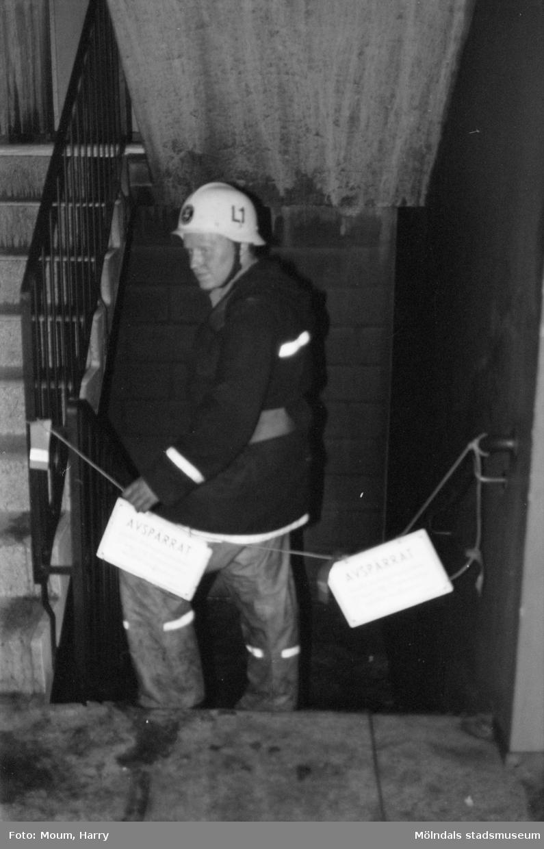 Eldsvåda på Våmmedalsvägen i Kållered, år 1983. Brandman i det eldhärjade trapphuset.  Fotografi taget av Harry Moum, HUM, Mölndals-Posten, vecka 34, år 1983.