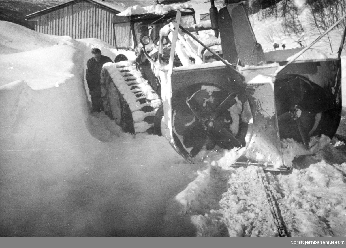 Snørydding i Hamar distrikt med Bolinder traktor med snøfreser