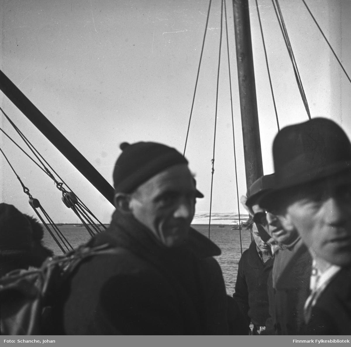 Fra kretsrennet i Vadsø 1946. Olav Økern ankommer Vadsø for å delta. Vi ser han midt på bildet, med strikkalue og ryggsekk. Det er flere menn på bildet, den nærmeste i hatt. De er frem- deles ombord i en båt.