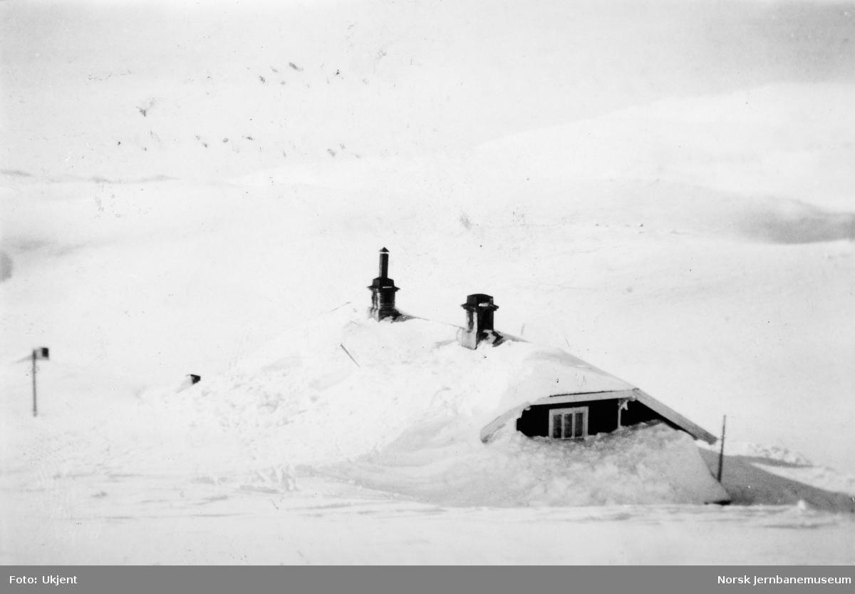 En nedsnødd Grjotrust vokterbolig vinteren 1948/49