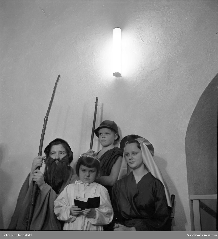 Ljushögtid i Timrå kyrka. Barn och ungdomar framför ett skådespel om Jesu födelse.